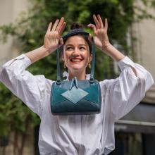 PRÉNOM ❣️ - Anna c'est le prénom de celle qui fait toujours des blagues. Vous faites des blagues le 1er avril vous ? #poissondavril 🐟 ⠀⠀⠀⠀⠀⠀⠀⠀⠀ -⠀⠀⠀⠀⠀⠀⠀⠀⠀ Anna est disponible en 5 coloris : noir, cuir, coquelicot, vert d'eau & bleu paon.⠀⠀⠀⠀⠀⠀⠀⠀⠀ -⠀⠀⠀⠀⠀⠀⠀⠀⠀ Sac Anna en bleu paon 💙⠀⠀⠀⠀⠀⠀⠀⠀⠀ #sabrinaparis #welovesabrinaparis #fashion #ilikebags